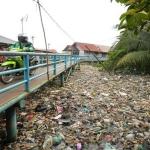 Sungai penuh sampah akibat masyarakat yang membuang samoah sembarangan,dampak buruk buang sampah sembarangan